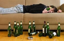 Không nên uống rượu bia đến mức say khướt