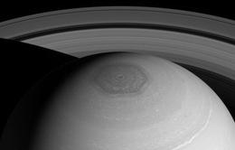 Sao Thổ có hai lục giác xoay quanh cực Bắc của nó