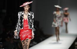 """Tuần lễ thời trang Milan: Dàn mẫu 9X """"đốt mắt"""" với trang phục ấn tượng"""