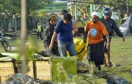 Khung cảnh hoang tàn sau cơn sóng thần khiến ít nhất 384 người thiệt mạng ở Indonesia