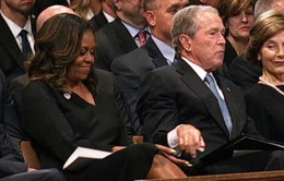 Khoảnh khắc gây chú ý của cựu Tổng thống Bush tại lễ tang ông John McCain