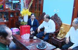 Thủ tướng thăm các cán bộ lão thành tỉnh Kon Tum