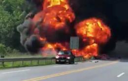 Va chạm với ô tô con, xe bồn chở xăng bốc cháy dữ dội trên cao tốc Nội Bài – Lào Cai