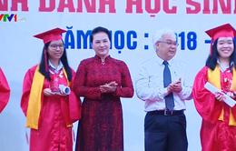 Chủ tịch Quốc hội Nguyễn Thị Kim Ngân đánh trống khai giảng tại TP.HCM