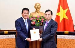 Trao Quyết định gia hạn nhiệm kỳ Đại sứ đặc biệt Việt Nam – Nhật Bản cho ông Ryotaro Sugi