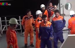 Tàu SAR 412 cứu 08 thuyền viên tàu ĐNa 90397 TS gặp nạn