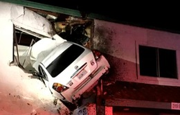 Mỹ: Hy hữu xe ô tô đâm vào toà nhà 2 tầng