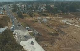 Mỹ: Sóng biển cao 9m cuốn trôi ô tô đang di chuyển