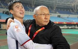 VIDEO: Xúc động, HLV Park Hang Seo ôm từng cầu thủ U23 Việt Nam chia vui
