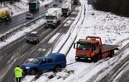 Mỹ: Ô tô lao vào xe cứu hộ do đường trơn