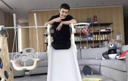 Huỳnh Hiểu Minh tự tay xây sân chơi cho con trai