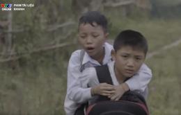 Khâm phục cậu bé cõng bạn trên lưng đến trường mỗi ngày