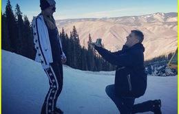 Người thừa kế của dòng họ Hilton phấn khích được bạn trai cầu hôn