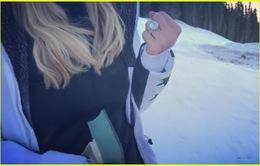 Nhẫn đính hôn khủng của Paris Hilton được làm trong suốt mùa hè