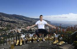 """Ronaldo khoe """"kho báu"""" 15 danh hiệu, Messi khoe… vợ"""
