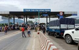 Trạm BOT Sông Phan-Bình Thuận lại phải xả trạm vì kẹt xe nghiêm trọng
