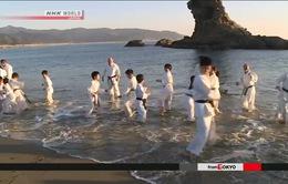 Trẻ em tập karate trong nước biển lạnh