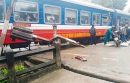 Xe tải mất phanh tông vào tàu khách Bắc - Nam