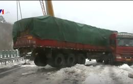 Tuyết trơn trượt, xe tải gập thành góc vuông ở Hồ Bắc, Trung Quốc