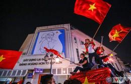 ẢNH: Hà Nội rực màu cờ trong đêm lịch sử