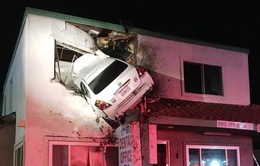 Hi hữu ô tô mất lái lao thẳng lên tầng 2 căn nhà tại Mỹ