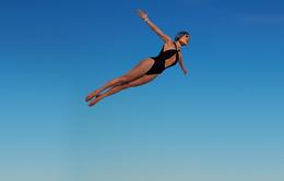 Khi Jennifer Lopez mặc đồ bơi và... bay