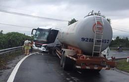 Lại tai nạn trên đèo Hải Vân: Xe du lịch và xe bồn tông nhau