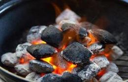 Cánh tay cháy thành than khi đốt củi sưởi ấm
