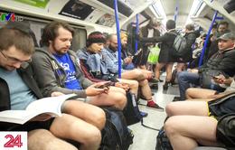Hàng trăm người London đồng loạt không mặc quần dài khi đi tàu điện
