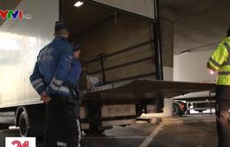 Cảnh sát Bỉ cân xe nghi chở quá tải ngay tại chốt kiểm tra