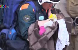 Bé trai 11 tháng tuổi sống sót kỳ diệu trong vụ sập chung cư ở Nga