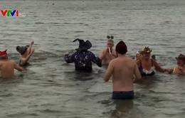 Người dân châu Âu tắm nước lạnh đón năm mới
