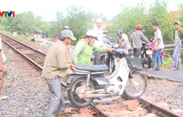 Hầm chui ngập sâu, người dân phải băng qua đường sắt để ra vào thôn