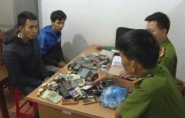 Bắt đôi tình nhân rủ nhau trộm hơn 200 chiếc điện thoại