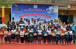 Quỹ Tấm lòng Việt trao tặng 50 suất học bổng cho học sinh nghèo tại Lạc Sơn, Hòa Bình