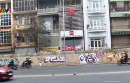 Hà Nội: Đường hơn 300 tỷ đồng bị bôi bẩn bằng tranh graffiti