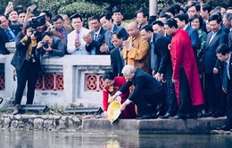 Tổng Bí thư, Chủ tịch nước cùng kiểu bào thả cá chép tiễn ông Táo ở Hồ Gươm