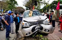 Đứng trên vỉa hè đón xe buýt, hai mẹ con bị ô tô tông thương vong