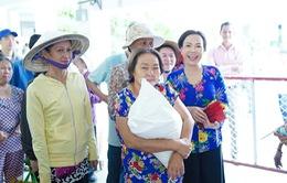 Việt Hương và những món quà ấm áp cho người lao động nghèo cuối năm