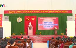 Phó Chủ tịch nước trao quà cho công nhân, trẻ em nghèo Vĩnh Long