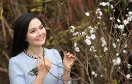 Sao mai Lương Nguyệt Anh khoe bộ ảnh rạng rỡ bên hoa đào trắng quý hiếm