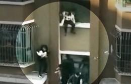Giải cứu bé 4 tháng tuổi rơi khỏi tòa nhà cao tầng