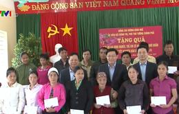 Phó Thủ tướng Vương Đình Huệ tặng quà người nghèo tỉnh Hòa Bình