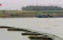 Hiểm họa tai nạn từ bờ kè trên sông