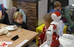 Robot phục vụ thức ăn và mua vui tại quán cà phê Budapest