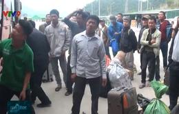 Người Việt ở Lào tấp nập mua vé về quê ăn Tết