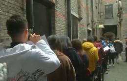 Trung Quốc: Người dân xếp hàng dài vì miếng bánh burger