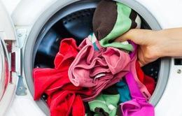 Dịch vụ giặt thuê quần áo đắt khách ngày lũ ở Indonesia