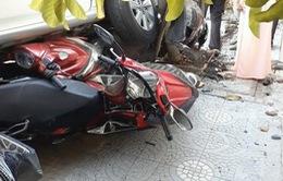 Lùi ô tô từ nhà ra đường, nữ tài xế cuốn 4 xe máy vào gầm