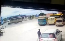 Xe khách lao thẳng vào quán cơm khi tránh xe tải sang đường